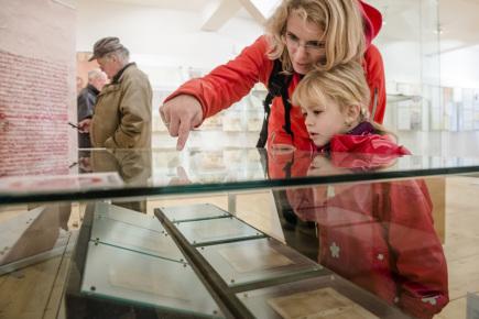 Městské muzeum ve Dvoře Králové vystavilo 7. října originál Rukopisu královédvorského. Stalo se tak u příležitosti letošního 200. výročí nalezení rukopisu jeho údajným tvůrcem Václavem Hankou ve věži dvorského kostela sv. Jana Křtitele. Rukopis bude vystaven do 8. října.