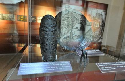 Moravské zemské muzeum v Brně představilo 10. října novou expozici, na níž vystavilo nejcennější sbírkové předměty Archeologického ústavu. Na snímku je bronzová náholenice sloužící jako součást ochranné zbroje mladší fáze kultury popelnicových polí, pocházející z pozdní doby bronzové.