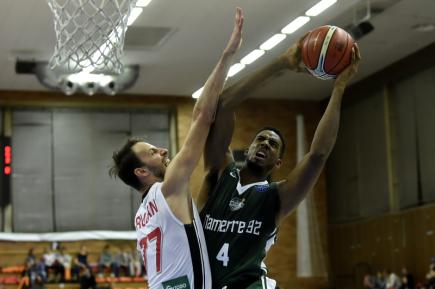 Utkání 1. kola skupiny D basketbalové Ligy mistrů: Nymburk - Nanterre, 10. října v Nymburku. Alade Aminu (vpravo) z Nanterre se snaží prosadit přes Vojtěcha Hrubana z Nymburka