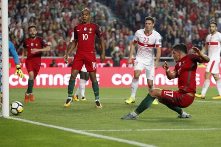 Portugalský fotbalista André Silva (vpravo) dává gól Švýcarsku v kvalifikačním utkání na MS.