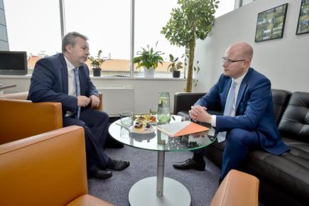 Bilanční schůzka premiéra Bohuslava Sobotky (vpravo) s ministrem životního prostředí Richardem Brabcem, 11. října v Praze.