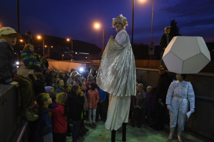 Závěsnou akrobacií na Benešově mostě a pouličním představením (na snímku) odstartoval 11. října večer v Ústí nad Labem dvacátý ročník divadelního festivalu Kult.