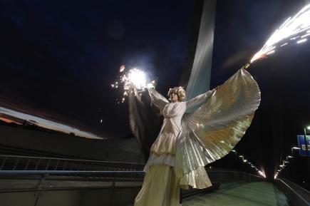 Závěsnou akrobacií na Benešově mostě a pouličním představením (na snímku) na Mariánském mostě odstartoval 11. října večer v Ústí nad Labem dvacátý ročník divadelního festivalu Kult.
