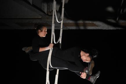 Závěsnou akrobacií (na snímku) na Benešově mostě a pouličním představením na Mariánském mostě odstartoval 11. října večer v Ústí nad Labem dvacátý ročník divadelního festivalu Kult.