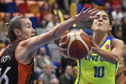 Utkání 1. kola skupiny A Evropské ligy basketbalistek ZVVZ USK Praha - Bourges 11. října v Praze. Zprava Marta Xargayová z USK a Elodie Godinová z Bourges.