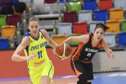 Utkání 1. kola skupiny A Evropské ligy basketbalistek ZVVZ USK Praha - Bourges 11. října v Praze. Zleva Kateřina Elhotová z USK a Cristina Ouvinová z Bourges.