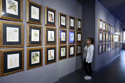 Téměř 300 originálních děl Salvadora Dalího je od 12. října vystaveno v kulturním a vzdělávacím centru Filmový uzel v areálu zlínských filmových ateliérů.