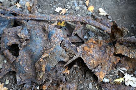 Zbytky dělostřelecké munice nacházejí archeologové na vrchu Šibenik v Mostě, kde průzkum odborníků předchází stavbě lezeckého parku. Pyrotechnici odváží nevybuchlé trhaviny k likvidaci. Z centrálního parku za druhé světové války wehrmacht pálil na letadla spojenců. Na snímku z 13. října jsou kovové zbytky těl nábojnic.
