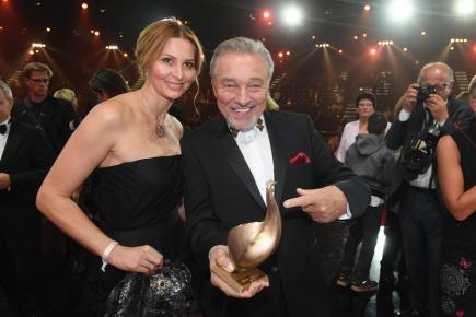 Zpěvák Karel Gott 13. října večer v Lipsku převzal významnou německou mediální cenu Zlatá slepice, a to za celoživotní dílo. Tisíce přítomných diváků mu tleskaly vstoje. Na snímku je zpěvák s cenou a manželkou Ivanou Gottovou.