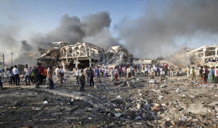 Místo exploze vozidla v somálské metropoli Mogadišu.