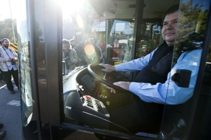 Pražský dopravní podnik (DPP) začal 15. října testovat provoz elektrobusů na trase mezi Palmovkou a Letňany. Vozy budou v kopci v Prosecké ulici poháněny asi na kilometrovém úseku z troleje. Zkušební provoz DPP zahájil symbolicky při 45. výročí ukončení provozu trolejbusů v Praze. Na snímku je řidič před první jízdou.