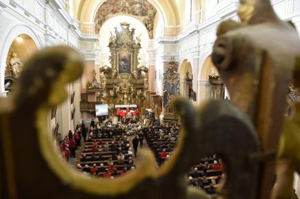 Poslední rozloučení s náčelníkem Horské služby Krkonoše Adolfem Klepšem se konalo 17. října v kostele augustiniánského kláštera ve Vrchlabí.
