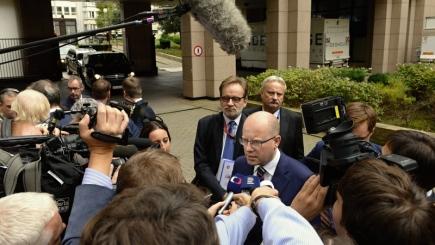Český premiér Bohuslav Sobotka hovoří 19. října v Bruselu s novináři při příchodu na summit Evropské unie.