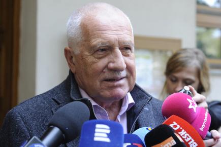 Bývalý prezident Václav Klaus hovoří s novináři před volební místností v pražských Kobylisích, kde odevzdal 20. října svůj hlas ve volbách do Poslanecké sněmovny.