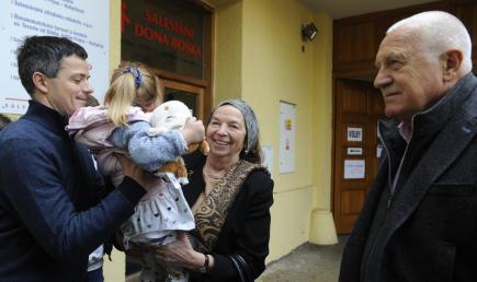 Bývalý prezident Václav Klaus s rodinou před volební místností v pražských Kobylisích, kde odevzdal 20. října svůj hlas ve volbách do Poslanecké sněmovny. Vlevo je Klausův syn Jan s dcerou a uprostřed manželka Livia Klausová.