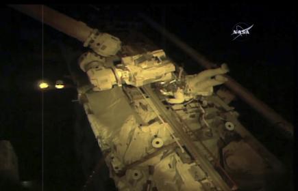 Americký astronaut  Joe Acaba (na snímku NASA) pracuje vně Mezinárodní vesmírné stanice (ISS).