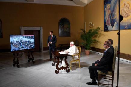 Papež František hovoří s posádkou Mezinárodní vesmírné stanice (ISS).