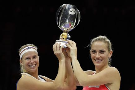 Česká tenistka Andrea Hlaváčková (vlevo) se svoji maďarskou spoluhráčkou Timeou Babosovou vyhrály čtyřhru na Turnaji mistryň.