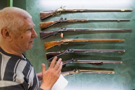 Východočeské muzeum v Pardubicích představilo 30. října výstavu Poklady zbrojnic státních hradů a zámků ve správě Národního památkového ústavu. Na snímku je historik Vladimír Dolínek v části výstavy, věnované loveckým zbraním.