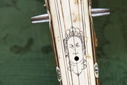 Východočeské muzeum v Pardubicích představilo 30. října výstavu Poklady zbrojnic státních hradů a zámků ve správě Národního památkového ústavu. Na snímku je detail kuše v expozici loveckých zbraní.