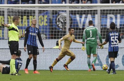 Fotbalista FC Turín Iago Falqué (uprostřed) se raduje ze svého gólu na hřišti Interu Milán.