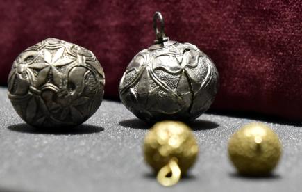 Muzeum Jana Amose Komenského v Uherském Brodě na Uherskohradišťsku zahájilo 8. listopadu pětidenní výstavu vzácných šperků z období Velké Moravy. Na snímku jsou knoflíky zdobené granulací z 2. poloviny 9. století.