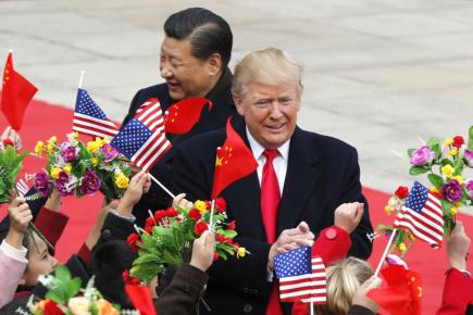 Americký prezident Donald Trump (vpravo) se setkal v Pekingu s čínským protějškem Si Ťin-pchingem.