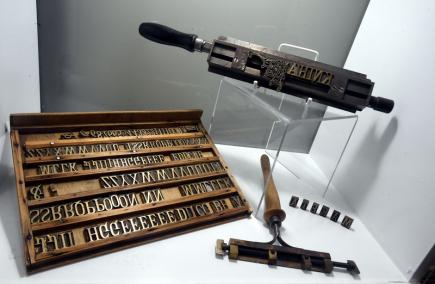 V Oblastním muzeu v Litoměřicích byla 9. listopadu zahájena výstava Tajemství barokní knihy. Představuje umění barokního knihvazačství, litoměřické tiskaře období baroka i způsob, jakým jsou vzácné knižní památky dnes restaurovány. Na snímku je sada písmen, která sloužila knihaři ke zlacení hřbetů knih - nápisům.