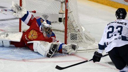 Hokejový turnaj Karjala v Helsinkách, utkání Finsko - Rusko. Joonas Kemppainen z Finska překonává ruského brankáře Igora Šesťorkina.