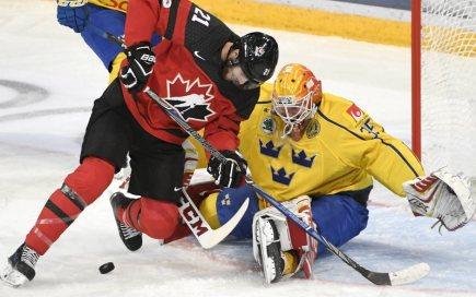 Hokejový turnaj Karjala v Helsinkách, utkání Kanada - Švédsko. Quinton Howden z Kanady před švédským brankářem Magnusem Hellbergem.