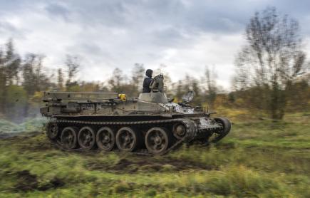 Kola a pásy těžké vojenské techniky rozjezdily 11. listopadu další část přírodní památky Plachta na okraji Hradce Králové. Neobvyklá úprava terénu pomáhá lokalitu, která byla od konce 19. století vojenským cvičištěm, udržovat ve stavu vhodném pro život vzácných přírodních druhů. Na snímku je vyprošťovací tank T55.