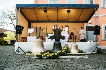 Mše pod širým nebem spojená s žehnáním novým zvonům za účasti královéhradeckého biskupa Josefa Kajneka se konala 11. listopadu v Lomnici nad Popelkou. O předchozí zvony přišla lomnická zvonice za první světové války, kdy byly přetaveny pro vojenské účely.