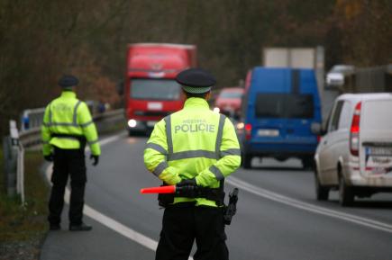 V Říčanech u Prahy a okolí začal 13. listopadu platit zákaz tranzitu kamionů nad 12 tun. Strážníci tam po odhalení nových značek začali okamžitě zastavovat řidiče.