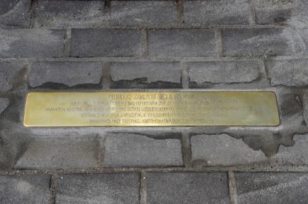 Před Základní školou v Hálkově ulici v Olomouci byl 14. listopadu na památku tragického osudu Židů za druhé světové války položen více než půlmetrový kámen zvaný Stolperschwelle. Před školou se nacházelo shromaždiště Židů určených k transportu, v červnu a červenci 1942 odtud byli deportováni Židé ze správních okrsků židovských obcí v Hranicích, Kojetíně, Kroměříži, Lipníku nad Bečvou, Lošticích, Olomouci, Prostějově, Přerově a Tovačově do Terezína. Většina z nich byla zavražděna ve vyhlazovacích a koncentračních táborech Baranoviči, Malý Trostinec, Osvětim, Raasika, Sobibór, Treblinka.