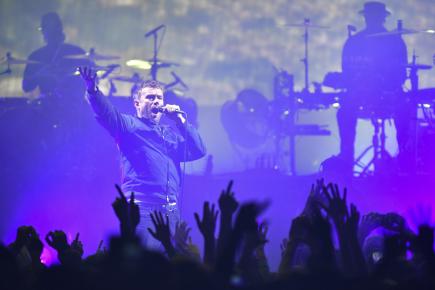 Damon Albarn, člen projektu britské virtuální skupiny Gorillaz, na koncertě 14. listopadu v Praze.