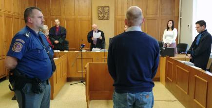 Krajský soud v Praze poslal 15. listopadu na devět let do vězení Martina Kostnera (na snímku zády), který loni v prosinci na dálnici D10 vybržďoval jiné auto, a způsobil tím závažnou nehodu.