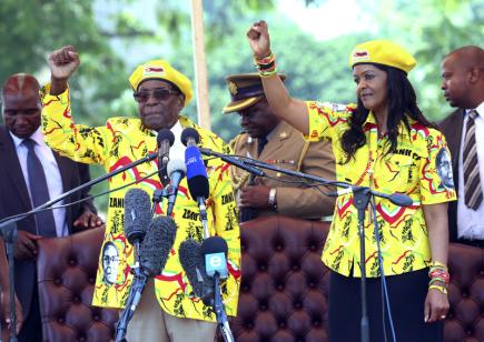 Prezident Zimbabwe Robert Mugabe s manželkou Grace na snímku z 8. listopadu 2017.