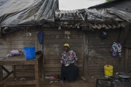 Pouliční obchodník obědvá poblíž tržiště v zimbabwské metropoli Harare.