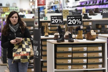Některé tuzemské obchodní řetězce a e-shopy spustily 24. listopadu na tzv. Černý pátek výprodeje, obchodníci slibují slevy v řádu desítek procent. Na snímku je jedna z prodejen v nákupním centru Vaňkovka v Brně.