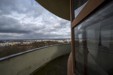 Vodárenská věž na kopci svatého Jana v Hradci Králové se stala kulturní památkou. Rozhodlo o tom ministerstvo kultury, vyhovělo tak návrhu města z jara 2016. Na snímku z 27. listopadu je pohled z ochozu věže na Hradec Králové.