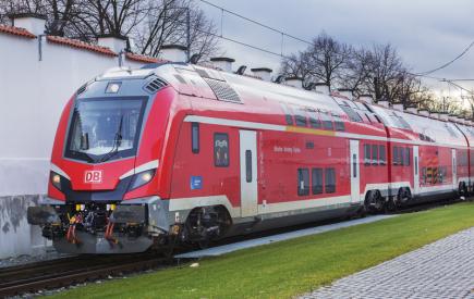 Škoda Transportation testuje první patrové vlaky (na snímku z 28. listopadu) určené pro německé dráhy Deutsche Bahn (DB). Jde o soupravu pro meziměstský provoz na vysokorychlostní trati Norimberk - Ingolstadt - Mnichov. Celkem dodá Škodovka šest moderních vlaků za 2,6 miliardy Kč. Každý se skládá z lokomotivy, pěti vložených vozů a jednoho řídicího vozu. Všechny by měl zákazník převzít příští rok.