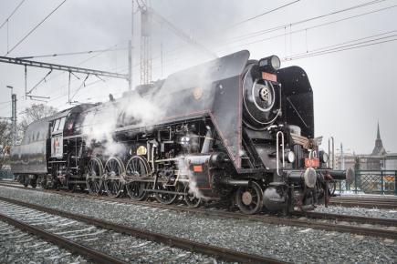 Parní lokomotiva řady 475.1 Šlechtična včetně tendru byla využita 4. prosince k zatěžkávací zkoušce opraveného železničního mostu před hlavním železničním nádražím v Plzni.
