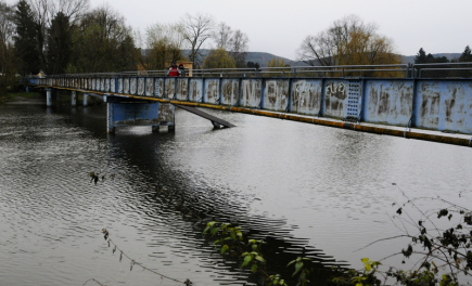 Lávka přes řeku Berounku mezi Černošicemi a pražskými Lipenci byla 4. prosince večer z bezpečnostních důvodů uzavřena. Snímek byl pořízen 5. prosince ráno.