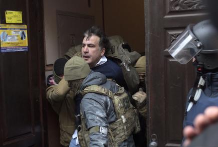 Ukrajinská tajná policie v Kyjevě zatýká bývalého gruzínského prezidenta a oděského gubernátora Michaila Saakašviliho.