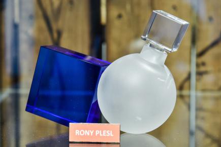 Muzeum skla a bižuterie v Jablonci nad Nisou připravuje výstavu, která je věnována výročí 170 let křišťálového skla ze skláren v Desné v Jizerských horách. Na snímku z 5. prosince je flakon, jehož autorem je výtvarník Rony Plesl.