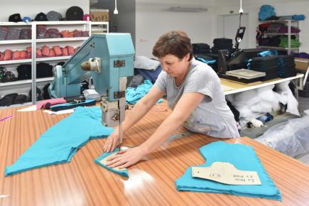 Pohled do dílny táborské firmy Angel wings clothing na snímku z 20. listopadu 2017. Firma vyrábí oblečení pro rodiče, kteří své děti nosí na těle. Její majitelka Rehana Ježková před dvěma lety získala cenu Živnostník roku ČR.