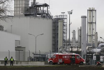 Hasiči zasahující u exploze plynového terminálu ve východorakouské obci Baumgarten an der March.