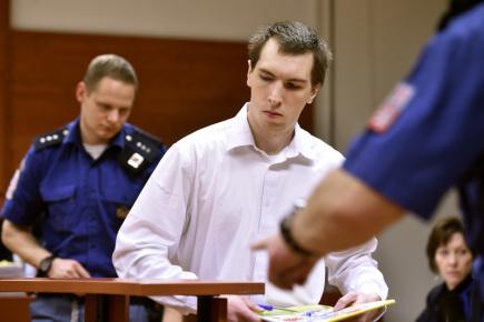 Ústecký krajský soud začal 14. prosince projednávat případ Jaroslava Pulpána (na snímku v soudní síni), který čelí obžalobě za to, že prostřednictvím internetu sexuálně zneužíval mladé dívky.