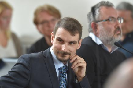 Zastupitelé Chebu odvolali 14. prosince starostu Antonína Jalovce (na archivním snímku z 3. května 2017)) a celé vedení města kromě místostarosty Zdeňka Hrkala (ANO). Opozici při hlasování podpořili zastupitelé koaliční ANO. Jalovec byl ve funkci zhruba sedm měsíců, jeho odvolání předcházelo neschválení rozpočtu na rok 2018, kde rovněž ANO hlasovalo s opozicí.