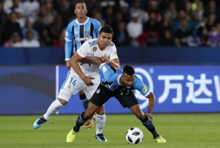 Casemiro z Realu Madri (v bílém dresu) bojuje o míč s Fernandinhem z Grémia ve finále mistrovství světa klubů.